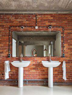 Banheiro com Parede de Tijolos