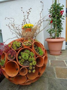 Gartendeko selber machen: DIY Gartenkugeln Clay Pot Sphere The post Gartendeko selber machen: DIY Gartenkugeln appeared first on Garden Ideas. Garden Planters, Succulents Garden, Diy Planters, Herbs Garden, Garden Crafts, Garden Projects, Diy Projects, Diy Garden, Garden Balls