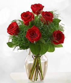 Sorprenda a ese ser especial enviándole media docena de hermosas rosas rojas finamente arregladas en un florero de cristal. Este hermoso ramo de rosas rojas enmarcado por tiernas hojas y ramas verdes expresará de manera vívida tus sentimientos.