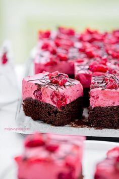 + Chocolate Cake with Raspberry Mousse - kokosowe brownie Raspberry Mousse, Chocolate Raspberry Cake, Chocolate Cake, No Cook Desserts, Cookie Desserts, Sweet Recipes, Cake Recipes, Polish Recipes, Food Cakes