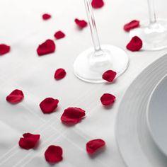 Verse rozenblaadjes zijn perfect als decoratie voor de tafels in de trouwzaal te versieren. Het behoud proces stabiliseert de rode kleur van de verse rozenblaadjes. Het laat de rozenblaadjes voelen alsof ze die dag vers uit de roos zijn geplukt. De rozenblaadjes zijn ongeveer 3-4 mnd houdbaar.