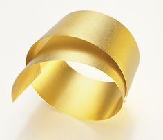 SIMPLY METAL BANGLE - Ulla & Martin Kaufmann - Suppleness and expressiveness obtained by intensive hammering.