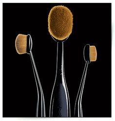 La brosse futuriste de M.A.C. http://www.vogue.fr/beaute/buzz-du-jour/diaporama/la-brosse-futuriste-de-m-a-c/16923