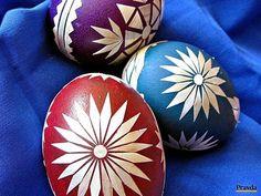 Zafarbené a potom slamou zdobené slepačie vajíčka.