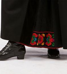 Køyrekjol dekker heile bunaden - Festbunad Øvre Hallingdal - Buskerud - Norsk Flid nettbutikk og bunader Going Out Of Business, Skirts, Clothes, Fashion, Outfits, Moda, Clothing, La Mode, Skirt