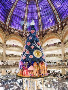 SA: se puede observar como se juega con el espacio que proporciona la cúpula para así elevar el árbol de navidad sobre todo; Galerías Lafayette 2013