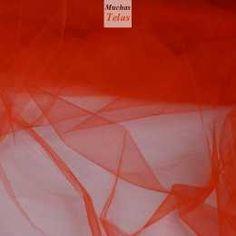 Tul rojo. El tul es un tejido ligero realizado por un giramiento en el hilo de la urdimbre. Nuestro tul tiene una textura suave pero algo rígida y de rejilla pequeña. Se puede utilizar para la confección de prendas de vestir, artículos para el hogar y especialmente para prendas de carnaval.