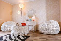 De senzație mobilierul din dantelă făcut de Silvia Junjan