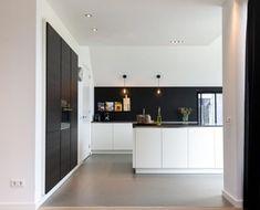 Warm en koel tegelijk - Lilly is Love Modern Apartment, Herringbone Tile, House Interior, White Kitchen, Kitchen, Hall Decor, Black Kitchens, Collected Interiors, Home Decor