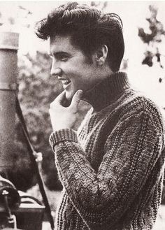 Elvis Presley ~  Love this photo, Love him! This is for my sister in law Julie :) wish I knew how to tag you