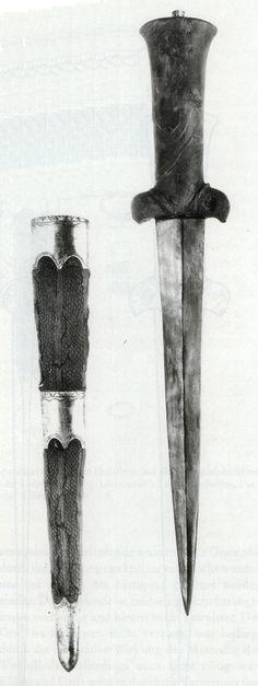 das hier ist der Restaurierte Nierendolch von Hameln. Er ist der erste mir bekannte Fund eines Nierendolches samt dazu gehöriger Scheide und wird aufgrund der Keramik die man neben ihm gefunden hat auf ca. 1300 datiert. Auch hier noch die Typischen Hörnchen.