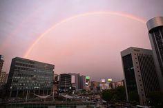 夕暮れの空にかかった虹=福岡市中央区天神で2016年9月12日午後6時29分、須賀川理撮影