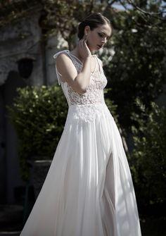 In foto lo spacco laterale velato, la soluzione giusta per la Sposa che...  Leggi l'articolo sul BLOG dove ti svelo i 3 segreti per scegliere un abito da sposa con lo spacco adatto a te.
