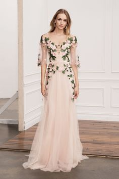 Marchesa Notte Spring 2018 Ready-to-Wear Fashion Show 2019 Marchesa Notte Spring 2018 RTW: Ethereal blush gown with intricate floral details on the bodice. The post Marchesa Notte Spring 2018 Ready-to-Wear Fashion Show 2019 appeared first on Floral Decor. Fashion 2018, Runway Fashion, Fashion Show, Fashion Vestidos, Blush Gown, Vestidos Plus Size, Ellie Saab, Beaded Gown, Floral Fashion