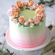 Tired of buying ready-made cake and their classic images? So now it's your turn to create amazing cakes. Here are the easily applied cake decoration techniq Pretty Cakes, Cute Cakes, Beautiful Cakes, Amazing Cakes, Buttercream Cake Designs, Cake Icing, Cupcake Cakes, Bolo Floral, Floral Cake