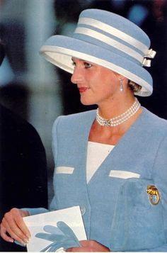 October Queen Elizabeth with Princess Diana and the Royal family at the wedding of Princess Margaret's son, Viscount David Linley to Miss Serena Stanhope at St. Margaret's Church in London. Princess Diana Family, Real Princess, Princess Of Wales, Lady Diana Spencer, Princesa Diana, Kate Middleton, Diana Fashion, Royal Fashion, Diane