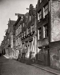 1915 Onbewoonbaar Uilenburg Onbewoonbaar verklaarde woningen op Uilenburg in de Jodenbuurt. Sommige panden worden gestut. Rond 1920 werden de huizen gesloopt.