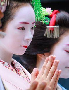 今年も祇園放生会に行ってきました。 日ごろ食べている生き物に感謝の意を表す理念の元行われるこの行事、祇園白川には鯉の稚魚が比叡山の阿闍梨さんと祇園の舞妓...