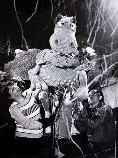 Nemrég bukkantam a Retro photo collection facebook oldalán ezekre a remek fotókra. Az oldal szerkesztője, Takács Verától kapta meg az 1974-ben készült képeket és most mi is bemutatunk ezekből néhányat. A Süsü, a sárkány című magyar bábfilmsorozatot 1974-től 1984-ig forgatták...