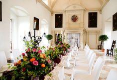 Der Marmorsaal beeindruckt mit seinem stuckierten Renaissancegewölbe und dem Marmorfußboden.