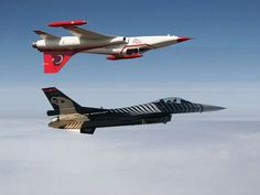 """Turkish Air Force """"SoloTürk"""" solo aerobatics Lockheed-Martin F-16C Block 52+ Fighting Falcon with a """"Turkish Stars"""" Northrop F-5A Freedom Fighter inverted over it"""