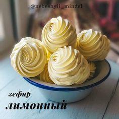 Meringue Pavlova, Good Food, Yummy Food, Cupcakes, Edible Gifts, Macaroons, Marshmallow, Dessert Recipes, Food And Drink