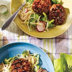 Galettes de veau laquées et salade asiatique | Ricardo Poulet General Tao, Healthy Meals, Healthy Recipes, Ricardo Recipe, Mets, Om, Grilling, Spaghetti, Ethnic Recipes