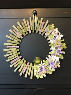 Daisy clothespin wreath great for spring and summer – Artofit Dyi Crafts, Wreath Crafts, Diy Wreath, Mesh Wreaths, Decor Crafts, Clothes Pin Wreath, Clothes Pegs, Clothes Crafts, Crafts To Make And Sell
