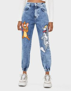 Tom & Jerry jeans in joggingstijl - Jeans - Bershka Belgium Edgy Outfits, Retro Outfits, Cute Outfits, Fashion Outfits, Painted Jeans, Painted Clothes, Bershka Collection, Mode Chanel, T Shirt Painting