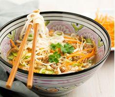 Ett utsökt asiatiskt recept på vietnamesisk nudelsoppa med färs- och äggfräs som du gör av bland annat lök, blandfärs, ägg, soja, morot, nudlar och böngroddar. Värmande och smakrik soppa!
