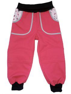 Dětské softshell kalhoty pink. Kalhoty jsou ušity do pružného bavlněného pasu, který nikde netlačí a přizpůsobí se pohybu. Délka kalhot je zakončena opět pružným lemem, kterým lze regulovat délku. Švy s dvojitým prošíváním zaručuje pevnost na tah a zabezpečení proti rozpárání.