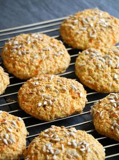 Proteinrike havrerundstykker med gulrot - LINDASTUHAUG Scones, Healthy Snacks, Nom Nom, Muffin, Food And Drink, Low Carb, Keto, Lunch, Baking