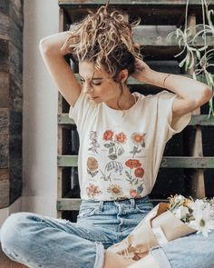 I love this outfit! Super chilled (and florals are ALWAYS a yes! Graphic tees are so effortlessly stylish and a perfect outfit for a chilled summers day. Also loving this hair style x Looks Style, Looks Cool, Style Me, Hippie Stil, Look Vintage, Vintage Jeans, Street Style, Mode Outfits, Mode Inspiration
