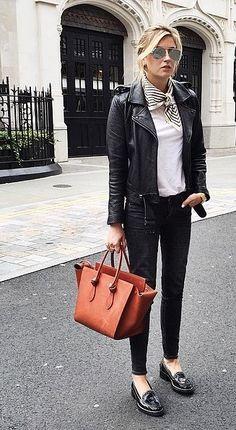 Calça preta, jaqueta preta, lenço no pescoço