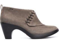 Este es un zapato femenino pero sobrio, presumido pero confortable, contemporáneo pero clásico: La colección Arlet es un contraste andante. Piel de tacto rugoso y tacón de goma con fuerte agarre. Color café claro.