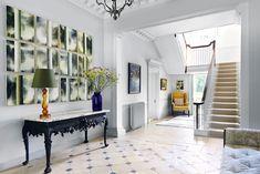 Hauseingang Mit Keramikfliesen In Cremeweiß Mit Kleinen Schwarzen Rhomben,  Große Weiße Treppen Mit Treppenteppich In