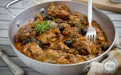 Przepis na kurczaka smażonego, duszonego w sosie pomidorowym z ziołami tymiankiem, rozmarynem z dodatkiem czerwonego wina.