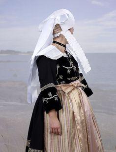 Les photos de Charles Fréger donnent un coup de jeune aux coiffes bretonnes.