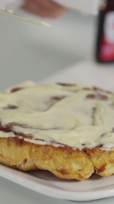 Sandra Lee shares her recipe for homemade glazed cinnamon rolls. Donut Recipes, Pastry Recipes, Cake Recipes, Dessert Recipes, Cinnamon Roll Glaze, Cinnamon Bread, Homemade Cinnamon Rolls, Köstliche Desserts, Delicious Desserts