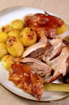 cea mai buna reteta de ciolan cu sorici crocant la cuptor Mai, Pork Recipes, Chicken Wings, Carne, Food And Drink, Pork, Buffalo Wings