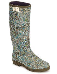 Ya comenzado la temporada de lluvias y tus botas de agua pueden convertirse en tus grandes aliadas a la hora de componer tus looks diarios. Este modelo es muy femenino por su estampado de cachemir. Son de Aigle para Spartoo.