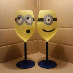 Set of 2 Minion glitter wine glasses Wine Bottle Glasses, Glitter Wine Glasses, Diy Wine Glasses, Decorated Wine Glasses, Painted Wine Glasses, Wine Bottles, Wine Glass Crafts, Wine Craft, Wine Bottle Crafts