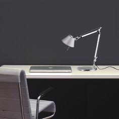 Artemide Tolomeo, lampada da tavolo in alluminio o nero. Perfetta compagna di studi e ufficio.