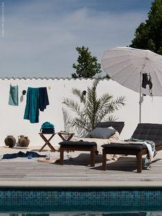 Poolhäng med Daniella Witte: ÄPPLARÖ solsäng med HÅLLÖ dyna, ÄPPLARÖ pall, IKEA 365+ karaff, IVRIG glas, SAMSÖ parasoll, ÅFJÄRDEN handduk, FRÄJEN badlakan, BOLMÅN badlakan. VIGDIS kuddfodral, LAPPLJUNG matta.