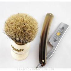 Przepiękny pędzel w rozmiarze 10 z najlepszej jakości włosia Pure White High Mountain Badger. Pęk umieszczony w złotym metalowym pierścieniu, dzięki temu włosie mocno trzyma się w optymalnej pozycji. Rączka jest imitacją kości słoniowej, na rączce logo Plissona. Historyczny model Plissona.