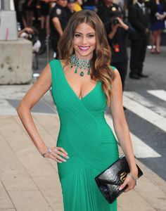 SOFIA VERGARA is always stunning at Hollywood functions, and usually wears a huge statement necklace- like her character Gloria, on 'Modern Family'. Sofia Vergara, Vestidos Color Verde Esmeralda, Emerald Green Dresses, Holiday Outfits, White Fashion, Girly Girl, Fashion Beauty, Women's Fashion, Sexy Women