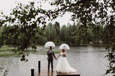 Rainy wedding portraits | Scandinavian wedding | Pitsiniekka | Picture by Jaakko Sorvisto www.jaakkosorvisto.com