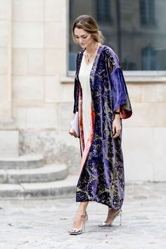 Paris Fashion Week Street Style: Day 4 Long silk kimono is a dressy but unique piece that I absolutely adore, especially in this beautiful purple color with embroidery. Cool Street Fashion, Street Chic, Paris Fashion, Street Snap, Steampunk Fashion, Gothic Fashion, Vintage Fashion, Fashion Weeks, Fashion Outfits
