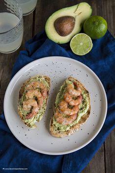 Crostoni avocado e gamberi