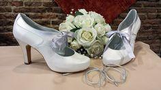 Este nuevo modelo está combinado en blanco roto y las solapas y los tacones en plata. El lazo es opcional, siempre irán con los cordones de la misma piel para cuando pase la boda los podáis teñir y seguir usándolos.